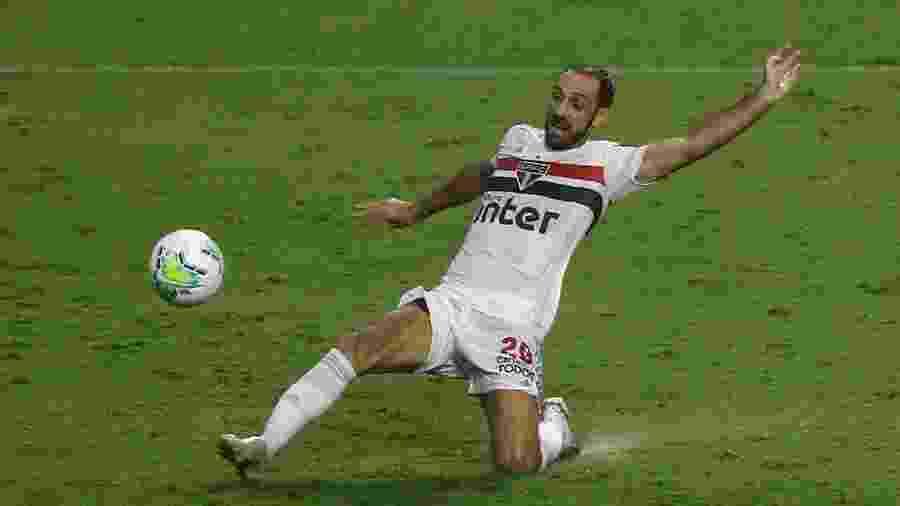 Juanfran, lateral do São Paulo, durante clássico contra o Santos - Marcello Zambrana/AGIF