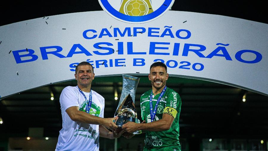 Técnico Umberto Louzer e capitão Alan Ruschel comemoram título da Série B 2020 - Márcio Cunha I ACF