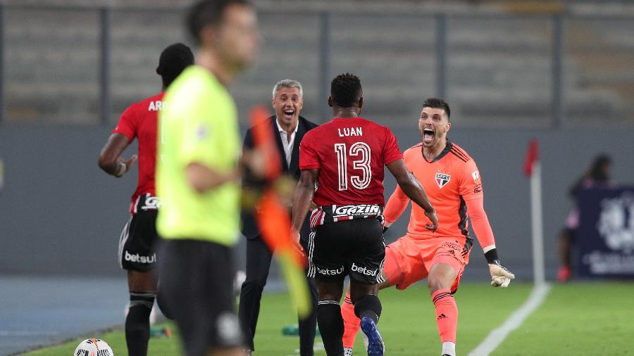 Luan e Tiago Volpi comemoram ao lado de Crespo o gol do São Paulo contra o Sporting Cristal - Getty Images