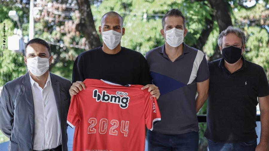 Goleiro Matheus Mendes assinou na tarde desta quinta-feira (8) um novo vínculo com o Atlético-MG - Pedro Souza/Atlético