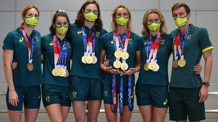 Delegação australiana da natação, em verde e amarelo, mostram as medalhas conquistadas em Tóquio - James Chance/Getty Images