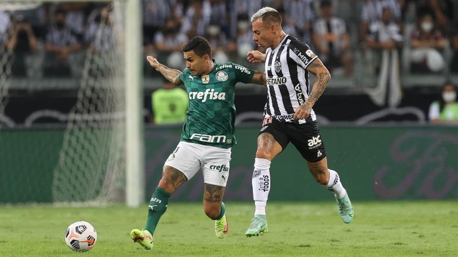 O jogador Dudu, da SE Palmeiras, disputa bola com o jogador Vargas, do C Atlético Mineiro, durante partida válida pelas semifinais, volta, da Copa Libertadores, no estádio Mineirão. (Foto: Cesar Greco) - Cesar Greco