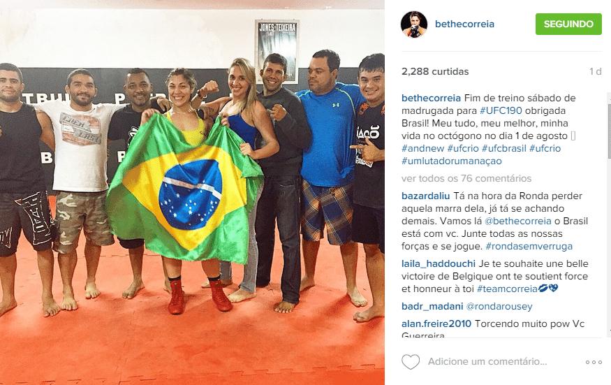 Bethe Correia posa com seus companheiros em Natal, na preparação para enfrentar Ronda Rousey