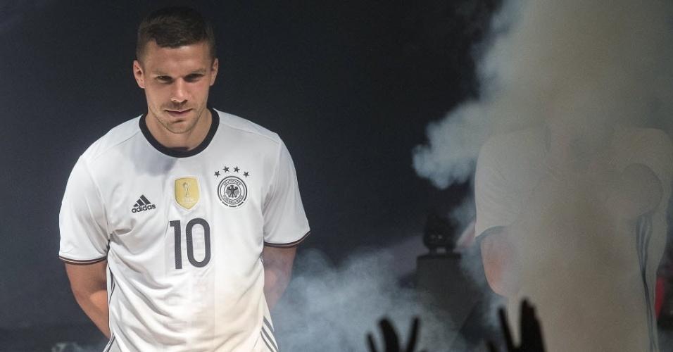 Lukas Podolski apresenta nova camisa da Alemanha