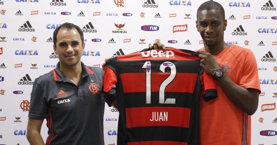 O zagueiro Juan é apresentado e exibe a camisa 12 ao lado do diretor Rodrigo Caetano