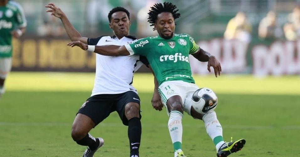 03.abril.2016 - Elias e Zé Roberto disputam bola no clássico entre Palmeiras e Corinthians no Pacaembu