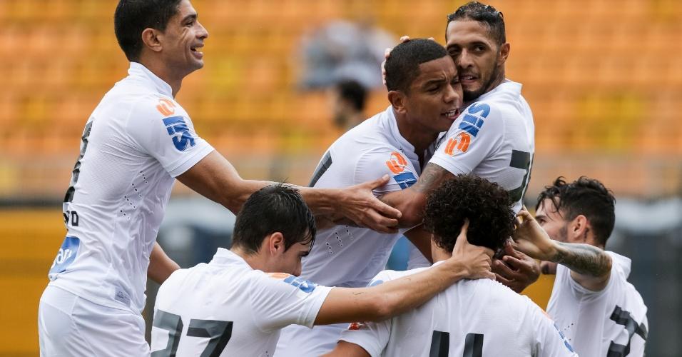 Paulinho comemora gol do Santos contra o Botafogo ao lado de David Braz, Renato e demais companheiros