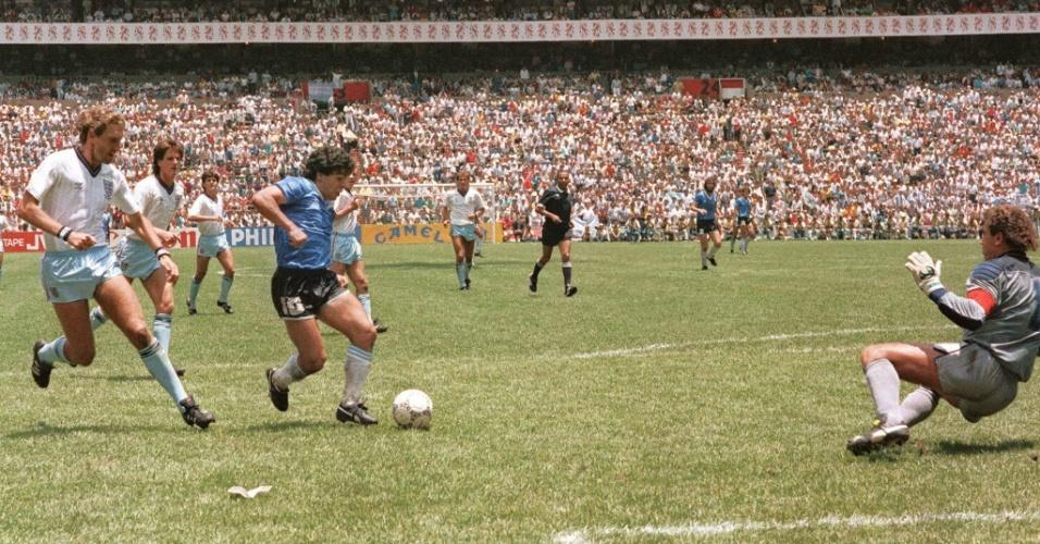 Maradona marca o segundo gol contra a Inglaterra na Copa de 1986