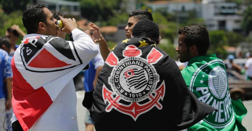 Torcedores se unem para homenagear vítimas do acidente do avião que levava a delegação da Chapecoense
