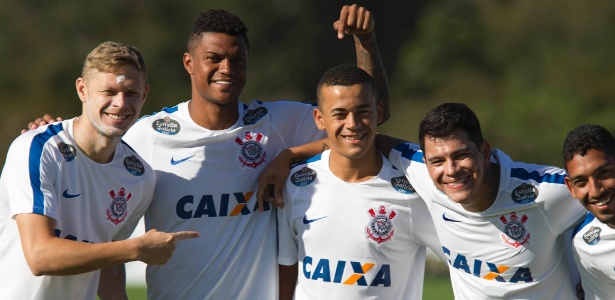 Marlone, Bruno Paulo, Luidy, Giovanni Augusto e Léo Príncipe posam para foto