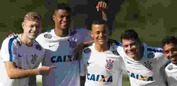 Marlone, Bruno Paulo, Luidy, Giovanni Augusto e Léo Príncipe posam para foto - Daniel Augusto Jr. / Ag. Corinthians