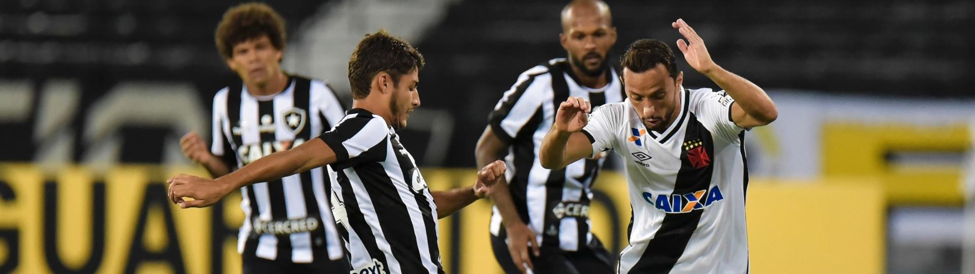Nenê tenta passar pela marcação no clássico entre Vasco e Botafogo