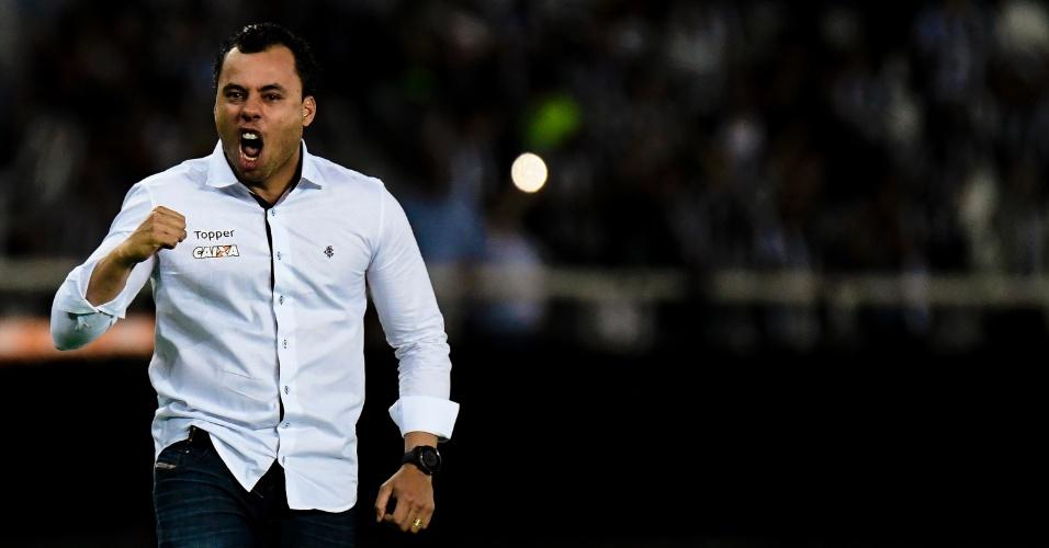 O técnico Jair Ventura comemora gol do Botafogo contra o Nacional pela Libertadores