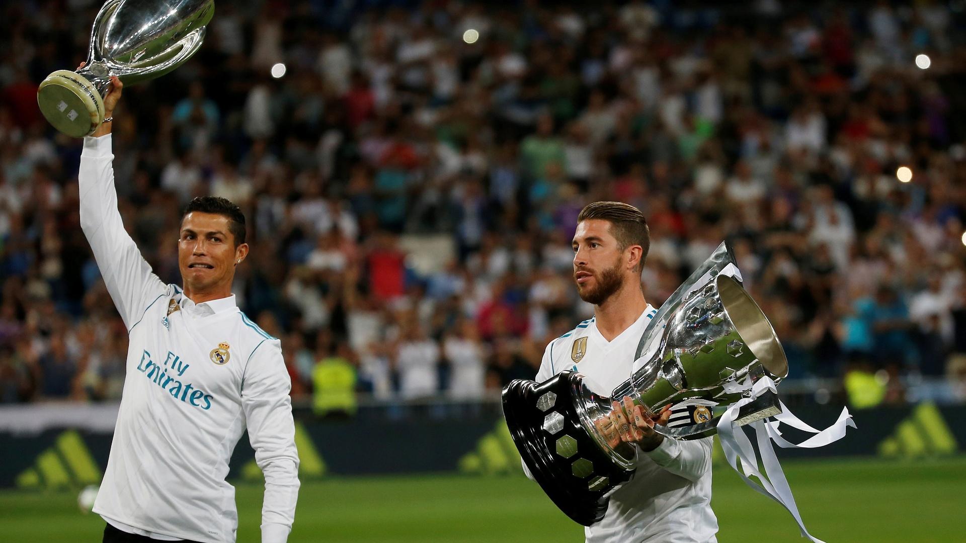 Cristiano Ronaldo e Sergio Ramos entraram em campo apenas para exibirem os últimos troféus conquistados