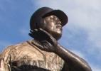 Sumiço de taco de beisebol em estátua de bronze causa polêmica nos EUA - Stephen Brashear/Getty Images
