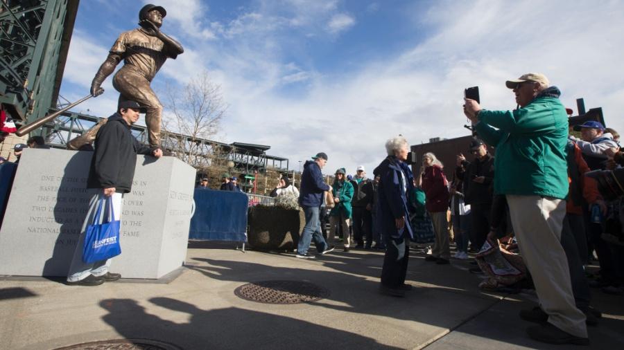 Torcedor do Seattle Mariners tira foto da estátua de Ken Griffey Junior em abril de 2017 - Stephen Brashear/Getty Images
