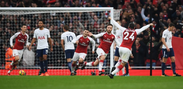 Jogadores do Arsenal comemoram gol irregular de Mustafi, que abriu o placar