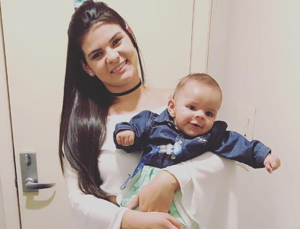 Graziele posa com o pequeno Tiago na casa da família