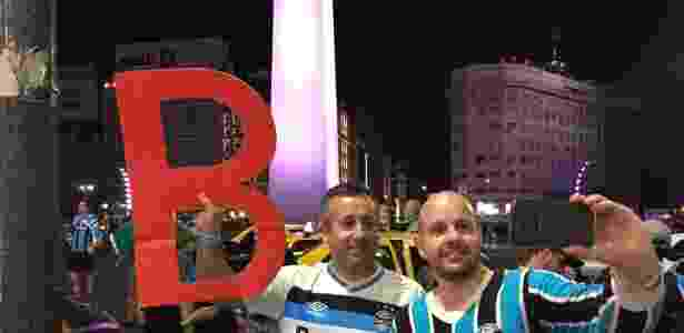 Torcedores do Grêmio levaram B vermelho para tirar onda do Inter - Jeremias Wernek/UOL - Jeremias Wernek/UOL