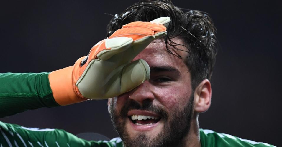 Alisson sorri após a vitória da Roma sobre o Barcelona