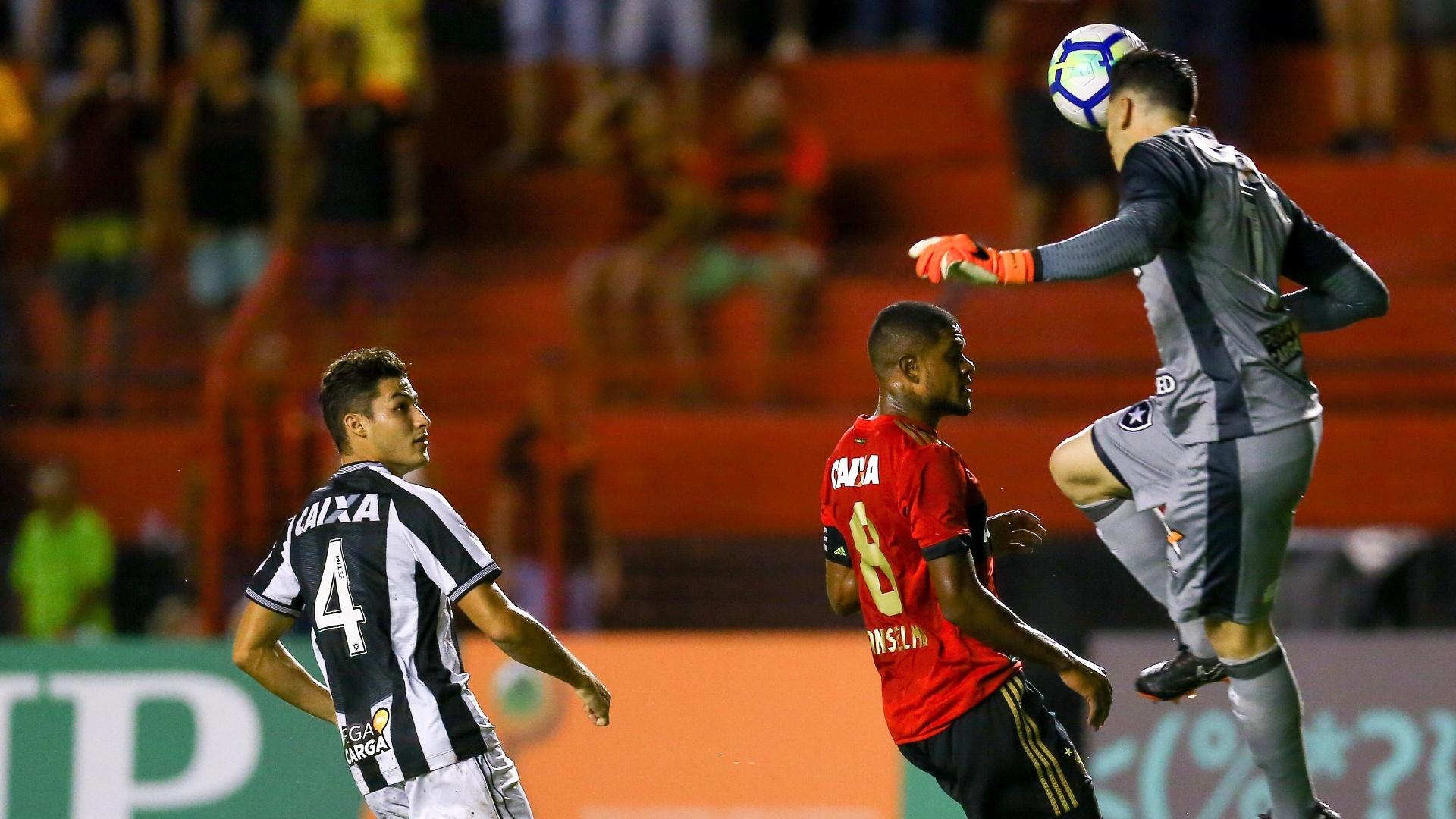 Gatito corta de cabeça o lançamento para Anselmo na partida Sport x Botafogo