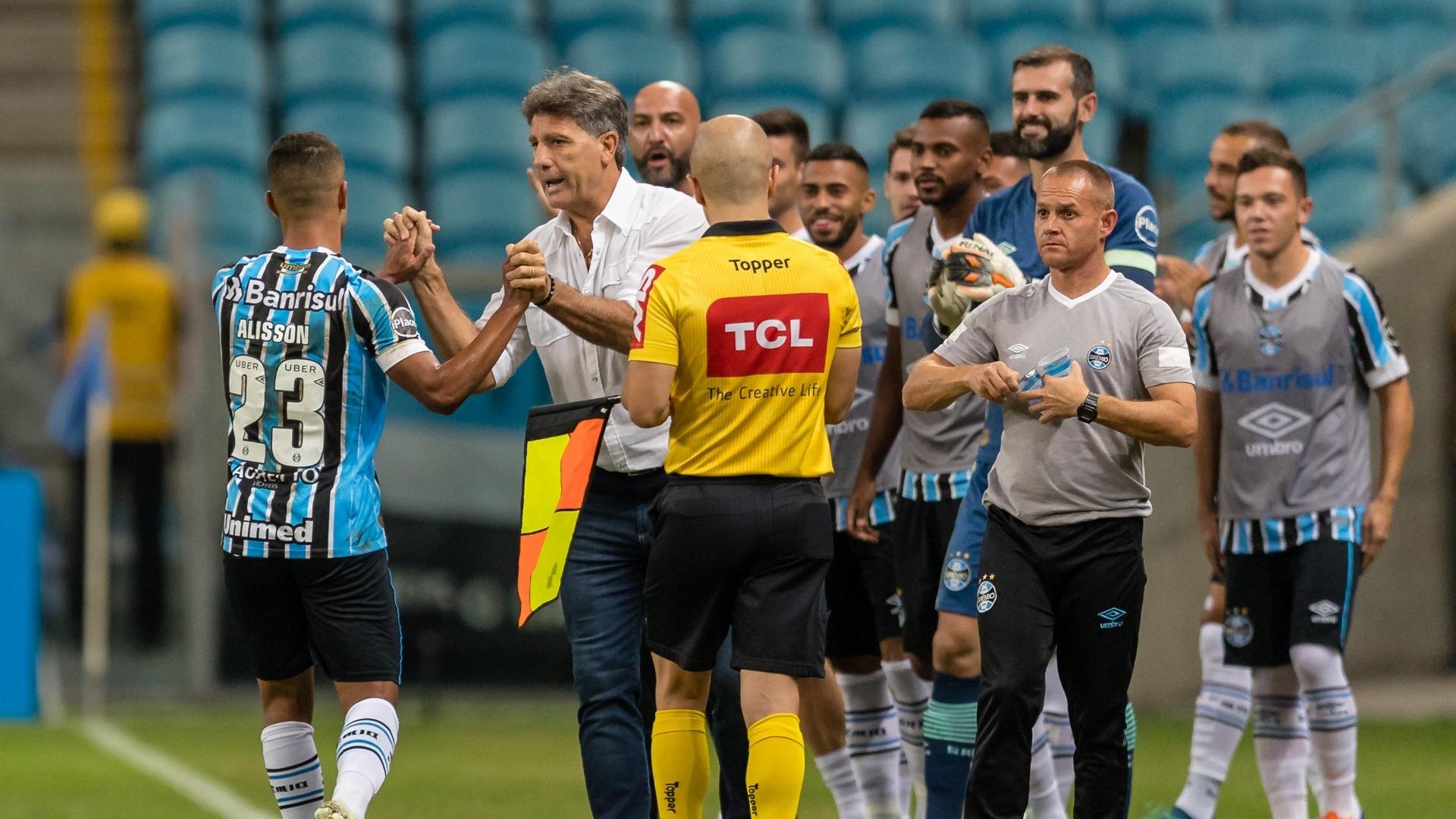 Alisson, do Grêmio, comemora gol marcado contra o Goiás com Renato Gaúcho
