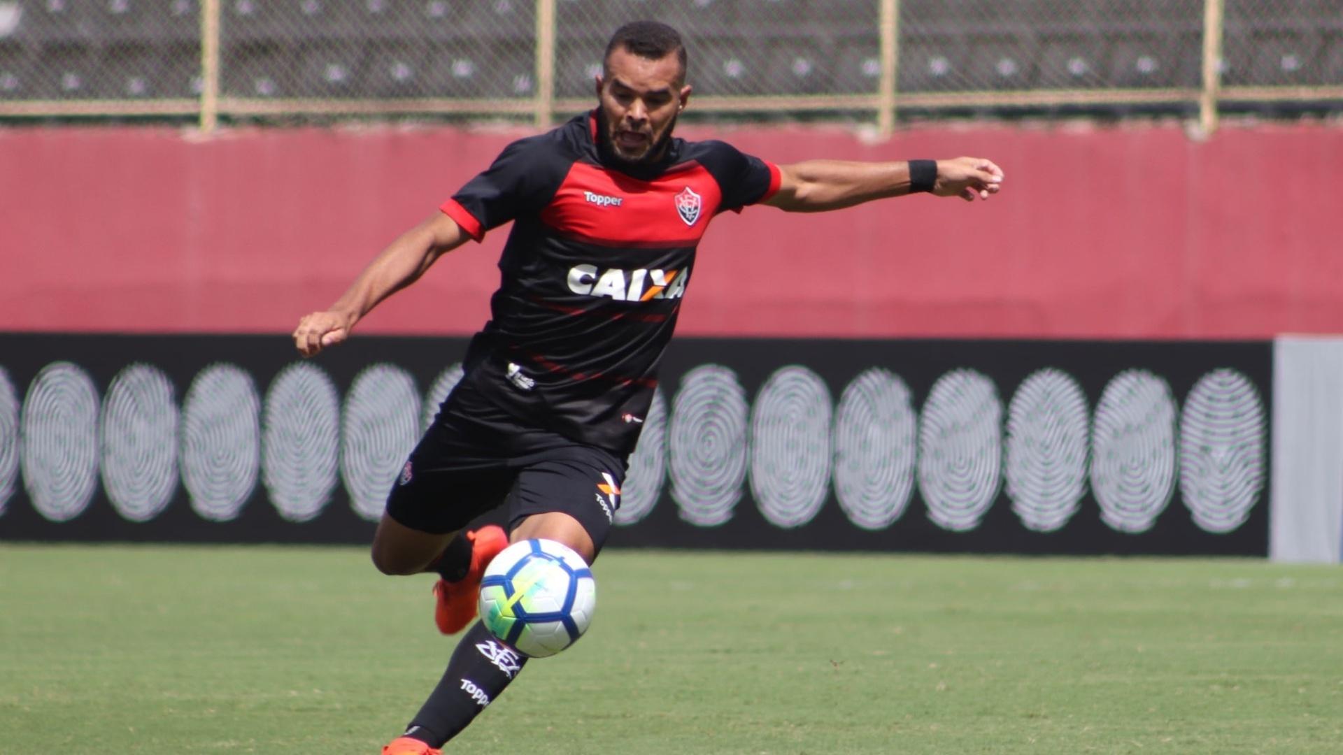 José Welison chuta bola para o Vitória em Vitória x Ceará