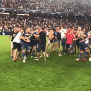 Torcedores do Estrela Vermelha invadem campo após classificação na Champions League - Reprodução/YouTube