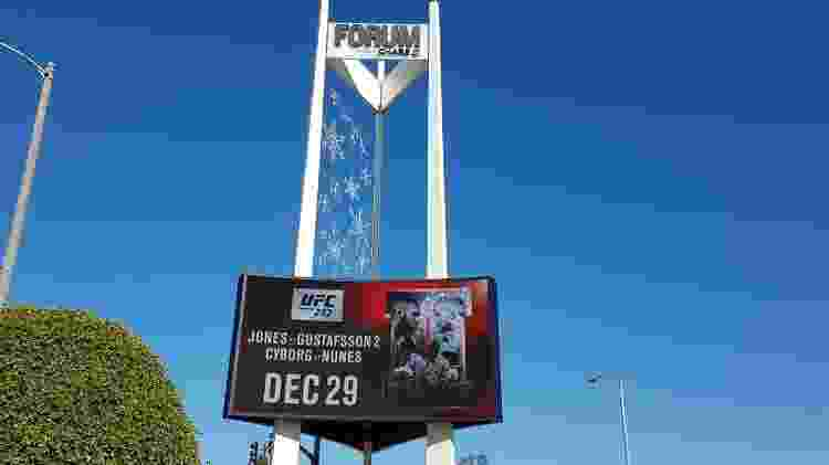 O painel luminoso do The Forum anuncia os dois principais combates do UFC 232 - Vinicius Castro/ UOL - Vinicius Castro/ UOL
