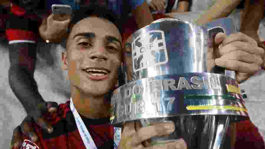 Destaque na base do Flamengo, Reinier se emocionou ao ser respondido por Gabigol em uma rede social -