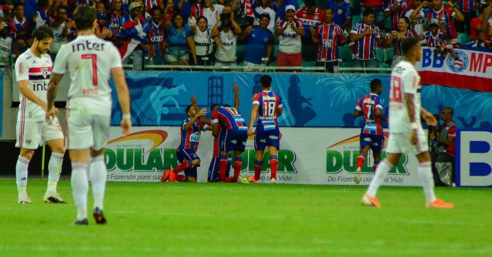 Jogadores do Bahia comemoram após gol que colocou time em vantagem contra o São Paulo na Copa do Brasil
