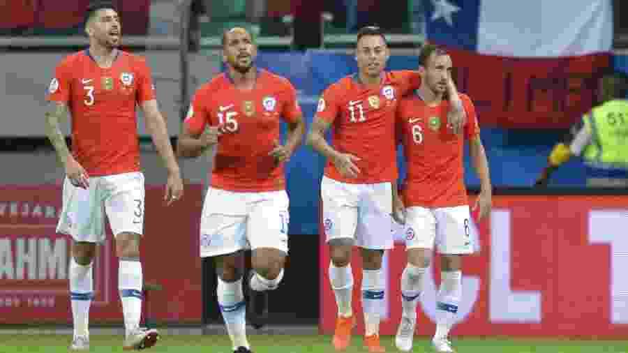 Vargas e Fuenzalida comemoram gol do Chile contra o Equador - Raul Arboleda/AFP