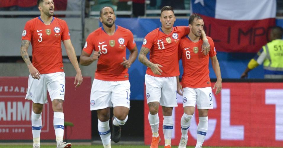Chile comemora gol de Fuenzalida contra o Equador