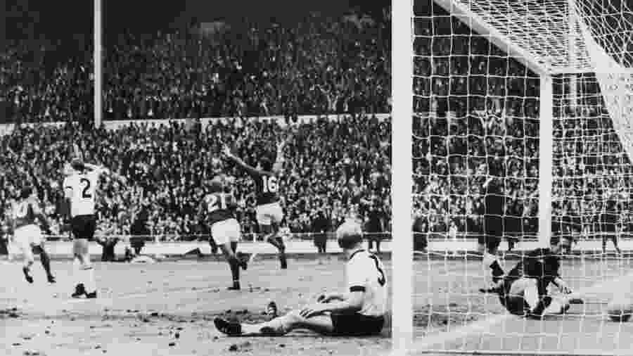 Martin Peters, com a camisa 16, durante a final da Copa do Mundo de 1966. A seleção da Inglaterra venceu a decisão diante da Alemanha Oriental - Stringer/AFP