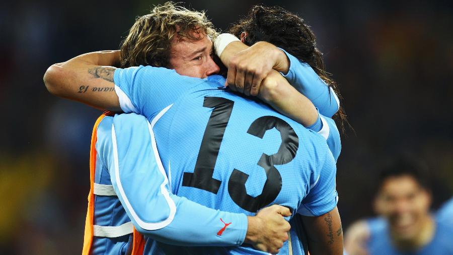 Diego Lugano abraça Loco Abreu depois de o Uruguai vencer Gana nos pênaltis na Copa de 2010 - Jeff Mitchell - FIFA/Getty Images