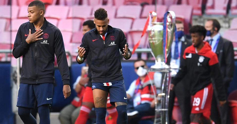 Neymar faz sua oração antes da partida entre PSG e Bayern