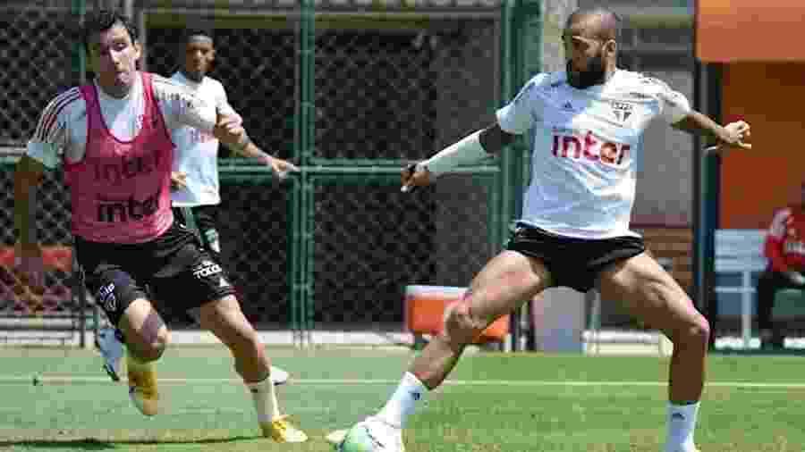 Daniel Alves em ação em treino do São Paulo - Érico Leonan/São Paulo