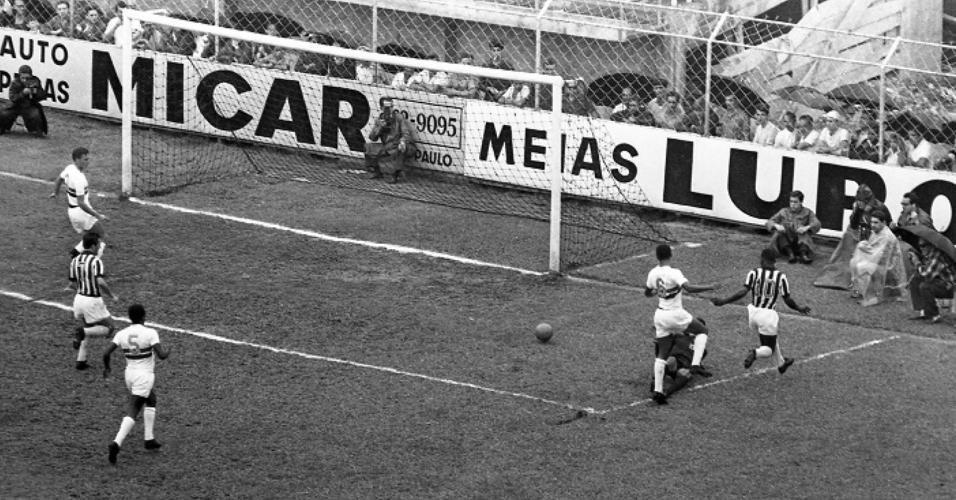 Primeiro gol de Pelé sobre Botafogo de SP em 21/11/64