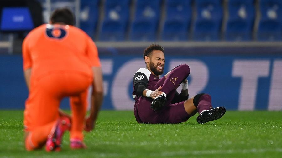 Neymar sentiu lesão durante o jogo entre Istanbul e PSG, na Liga dos Campeões - Getty Images