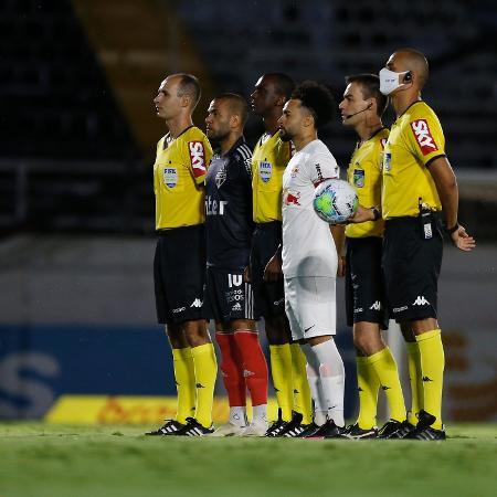 Daniel Alves e Claudinho, capitães de São Paulo e Red Bull Bragantino, com trio de arbitragem do jogo - Ari Ferreira