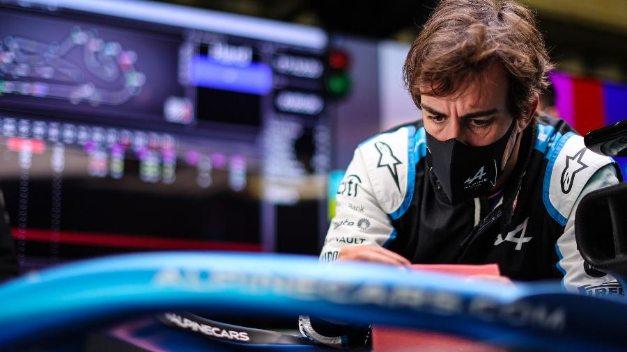 Fernando Alonso observa detalhe no carro da Alpine - XPB/James Moy Photography