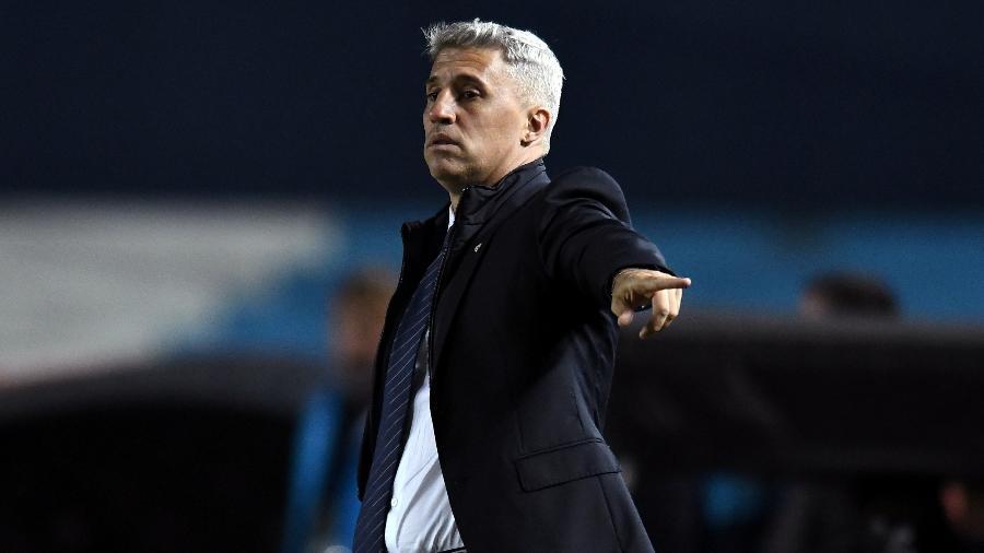 O técnico Hernán Crespo orienta o São Paulo em partida contra o Racing, na Argentina - Marcelo Endelli/Getty Images