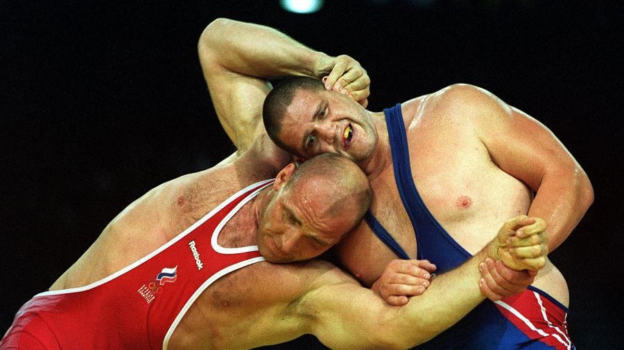 O americano Rulon Gardner (dir) protagonizou o resultado mais improvável da história olímpica. - Billy Stickland/Allsport