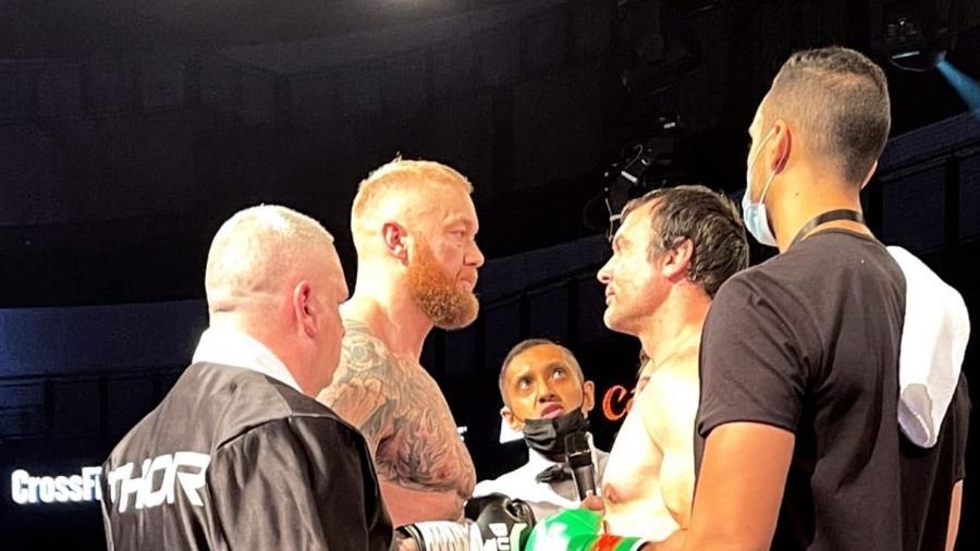 Hafthor Bjornsson e Devon Larratt se encaram antes de luta de boxe; islandês venceu canadense no 1º round - DIvulgação/Core Sports