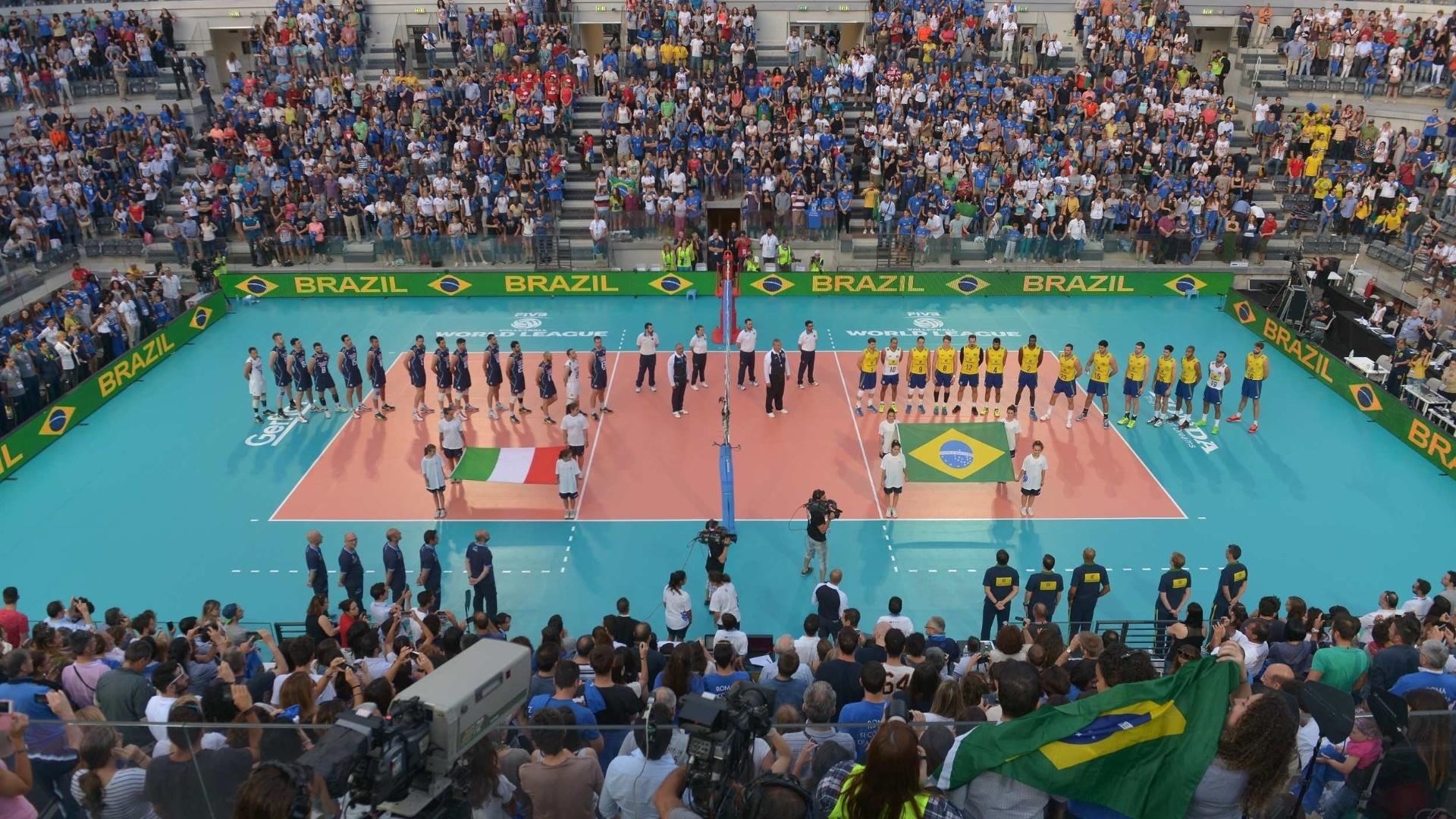 Times brasileiro e italiano alinhados para a execução dos hinos nacionais