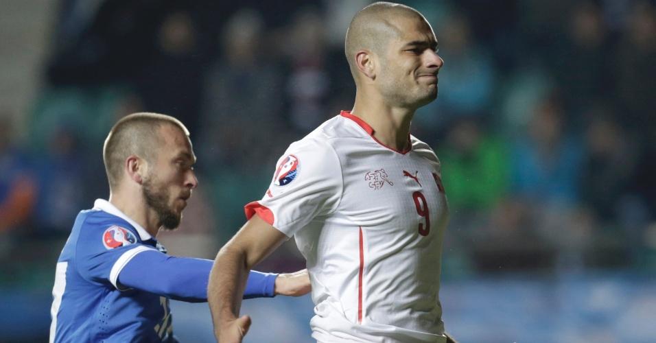 Eren Derdiyok, camisa 9 da Suiça, lamenta após perder gol contra a a Estônia
