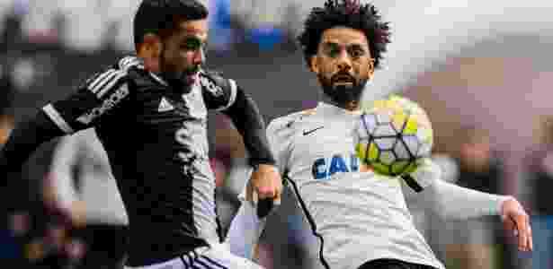 Cristian disputa bola em partida contra a Ponte Preta - Adriano Vizoni/Folhapress - Adriano Vizoni/Folhapress