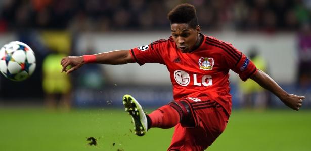 Bayer Leverkusen, do lateral brasileiro Wendell, bateu o Dortmund por 2 a 0