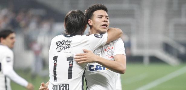 Marquinhos Gabriel e Romero festejam primeiro gol do Corinthians contra o Cruzeiro