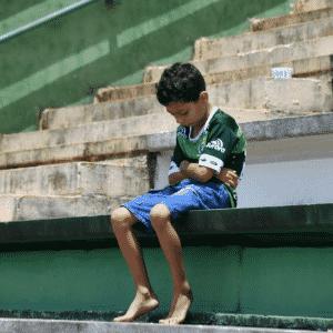 Garoto lamenta o acidente com o time da Chapecoense em homenagem na Arena Condá, em Chapecó - AFP PHOTO / Nelson ALMEIDA
